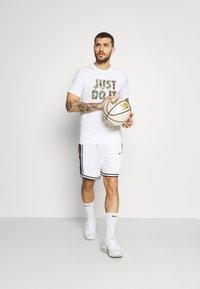 Nike Performance - DRY DNA SHORT - Short de sport - white/saturn gold - 1