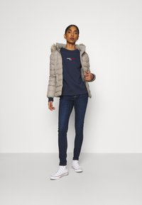 Tommy Jeans - LINEAR CREW NECK - Bluza - twilight navy - 1
