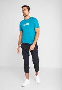 Reebok - ELEMENTS SPORT SHORT SLEEVE GRAPHIC TEE - Camiseta estampada - seatea - 1
