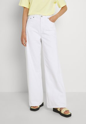 AIKO LONG - Flared Jeans - white