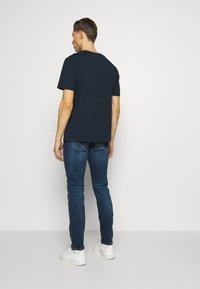 Timberland - CUT SEW COLORBLOCK TEE - T-shirt z nadrukiem - dark sapphire - 2