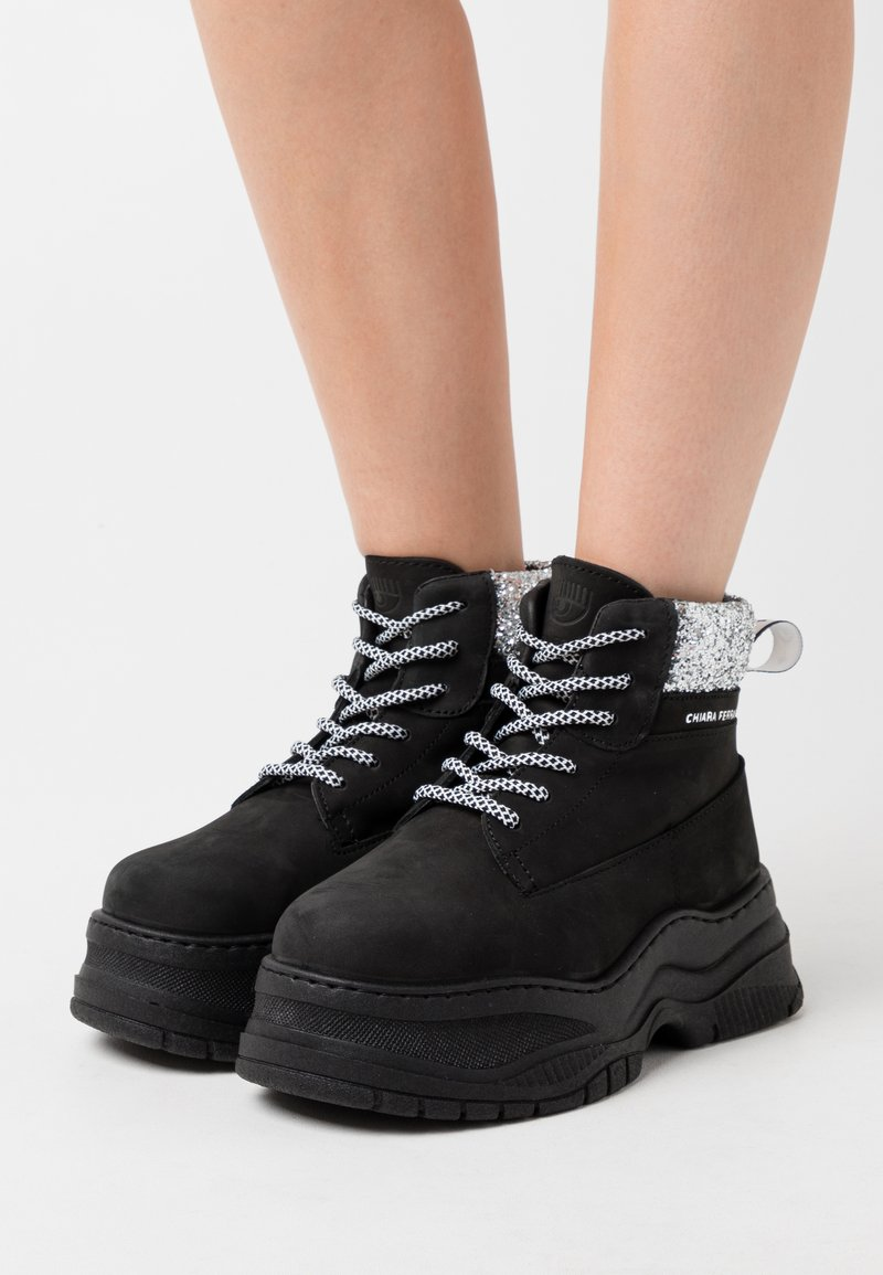 CHIARA FERRAGNI - WORKING BOOT - Ankle boots - black