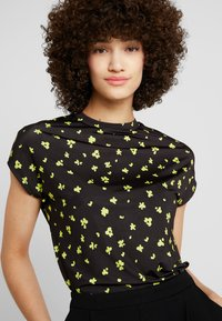 KIOMI - ABSTRACT FLORAL PRINTED - Print T-shirt - black