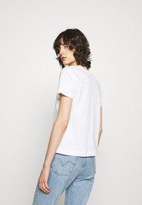 Calvin Klein Jeans - SHRUNKEN INSTITUTIONAL TEE - T-shirts med print - bright white - 2