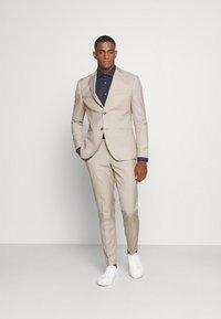 Isaac Dewhirst - THE FASHION SUIT PEAK - Suit - beige - 0