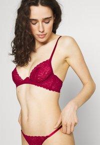 Coco de Mer - MARILYN PLUNGE BRA - Podprsenka skosticemi - raspberry - 4
