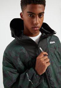 PULL&BEAR - Lehká bunda - mottled dark green - 3
