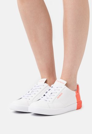 SVEVA - Sneakers laag - white/coral