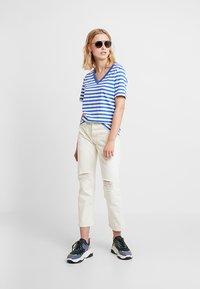 Selected Femme - SLFSTANDARD V NECK - Print T-shirt - dazzling blue/bright white - 1