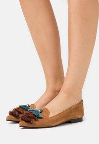 Chatelles - POINTY - Półbuty wsuwane - camel brown/blue - 0