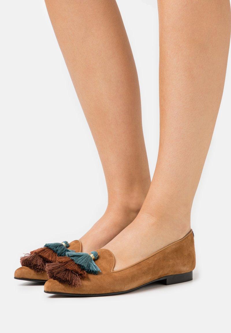 Chatelles - POINTY - Półbuty wsuwane - camel brown/blue