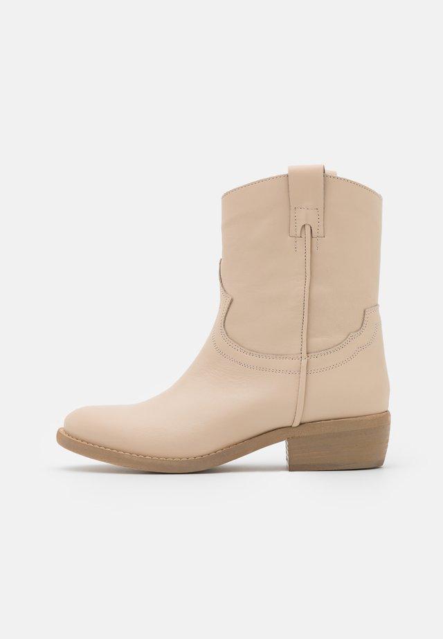 Cowboy/biker ankle boot - ecru