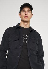 Armani Exchange - T-shirt con stampa - black - 4