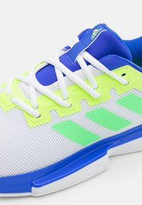 adidas Performance - SOLEMATCH BOUNCE - Tenisové boty na všechny povrchy - sonic ink/screaming green/signal green - 5