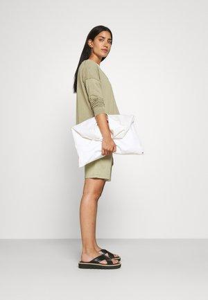 HOLDEN - Shorts - green bark