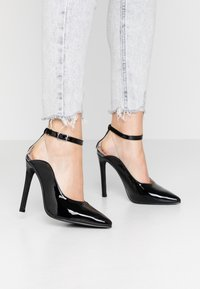 Lost Ink - POINTED HIGH COURT WITH ANKLE STRAP - Escarpins à talons hauts - black - 0