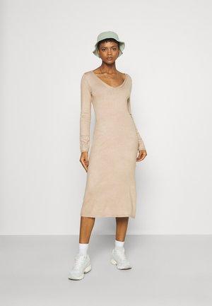 KNIT MAXI V NECK DRESS WITH SLIT - Jumper dress - camel