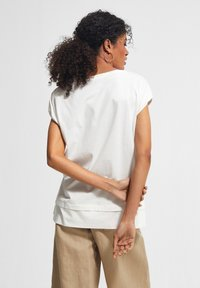 comma casual identity - MIT FRONTPRINT - Print T-shirt - white placed print - 1
