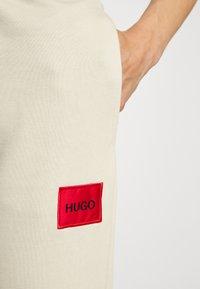 HUGO - DICHIBI REDLABEL - Pantaloni sportivi - light beige - 5