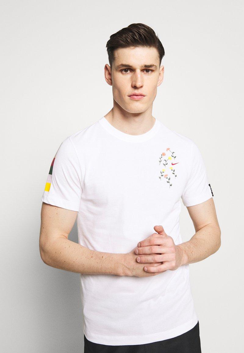 Nike Performance - DRY TEE SAVAGE - Camiseta estampada - white