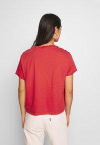 Levi's® - GRAPHIC VARSITY TEE - T-shirt print - dye tomato - 2
