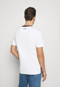 Lacoste - REGULAR FIT  - T-shirt imprimé - sinople/flour - 2