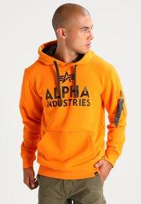 Alpha Industries - FOAM PRINT - Sweat à capuche - alpha orange - 0
