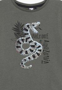 3 Pommes - TEE SHORT SLEEVES WITH REVERSIBLE SEQUINS - Print T-shirt - kaki - 3