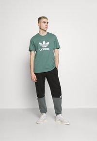 adidas Originals - TREFOIL UNISEX - T-shirt z nadrukiem - hazy emerald/white - 1