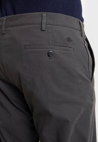 DOCKERS - 360 TAPERED - Chino kalhoty - steelhead - 4