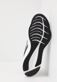 Nike Performance - ZOOM WINFLO 7 - Neutrální běžecké boty - black/white/anthracite - 4