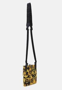 Versace Jeans Couture - UNISEX - Taška spříčným popruhem - black/gold - 2