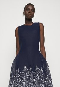 DKNY - EMBROIDERED FIT AND FLARE - Robe fourreau - midnight/ivory - 3