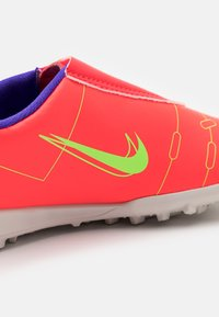 Nike Performance - MERCURIAL JR VAPOR 14 CLUB TF UNISEX - Kopačky na umělý trávník - bright crimson/metallic silver - 5