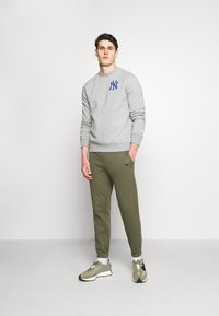 Fanatics - MLB NEW YORK YANKEESSUMMER CAMP GRAPHIC CREW - Sweatshirt - sports grey - 1