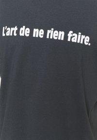 Les Petits Basics - L'ART DE NE RIEN FAIRE UNISEX - T-shirt con stampa - india ink grey - 2