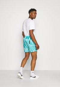 Nike Sportswear - ZIGZAG FLOW - Shorts - aquamarine - 2
