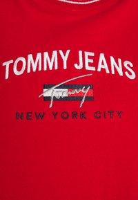 Tommy Jeans Curve - TIMELESS SCRIPT TEE - Triko spotiskem - deep crimson - 4