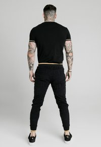 SIKSILK - SIGNATURE TEE - Print T-shirt - black/gold - 2
