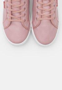 Levi's® - MALIBU BEACH  - Zapatillas - regular pink - 5