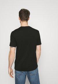 HUGO - DOLIVE - T-shirt z nadrukiem - black - 2