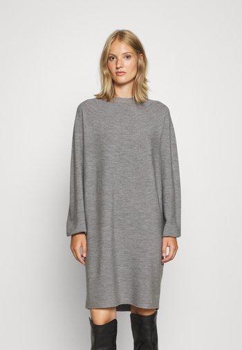 MARISA - Stickad klänning - grau