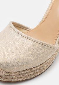 MICHAEL Michael Kors - KENDRICK WEDGE - Platform sandals - pale gold - 6