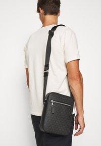 Michael Kors - HENRY FLIGHT BAG UNISEX - Across body bag - black - 0