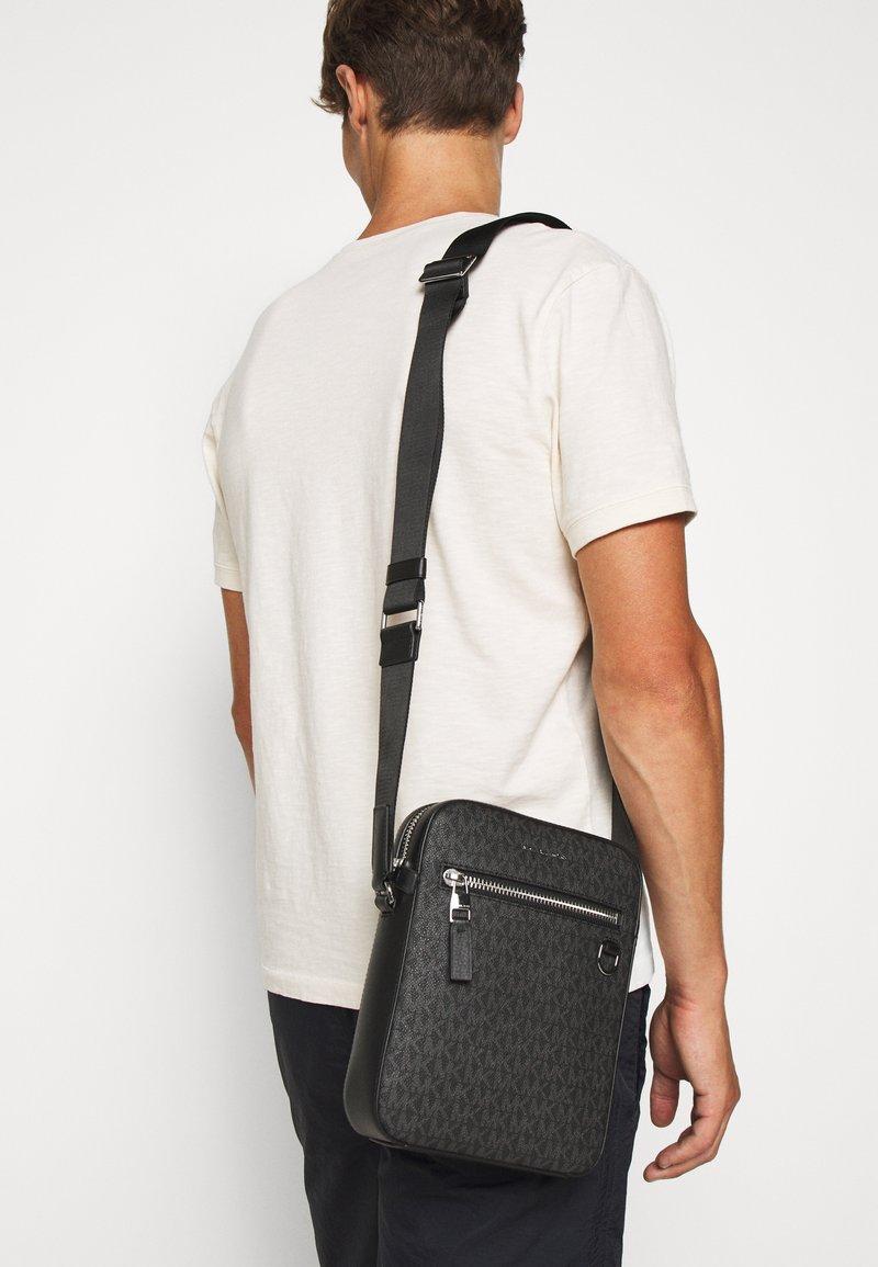 Michael Kors - HENRY FLIGHT BAG UNISEX - Across body bag - black