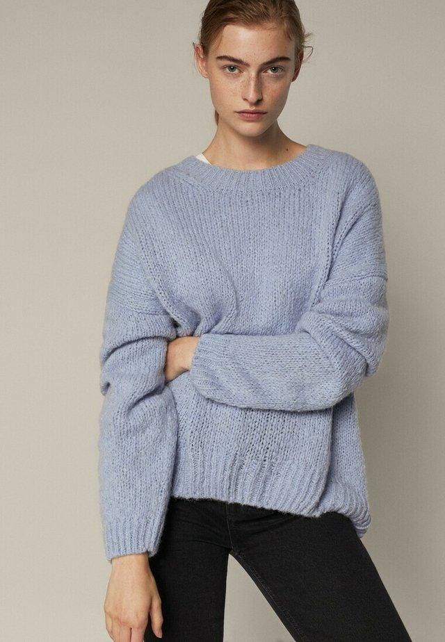 MIT RUNDAUSSCHNITT - Pullover - blue