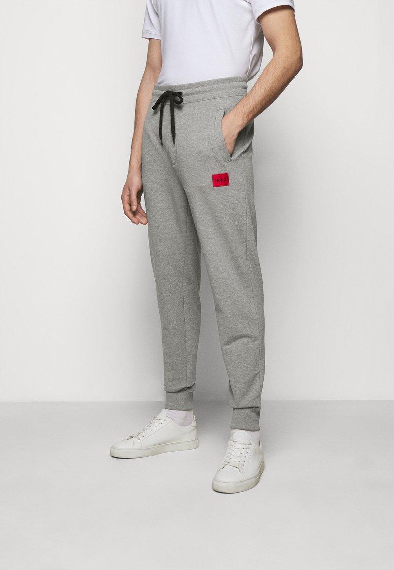 HUGO - DOAK - Verryttelyhousut - medium grey