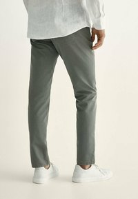 Massimo Dutti - MIT KONTRASTEN  - Slim fit jeans - khaki - 2