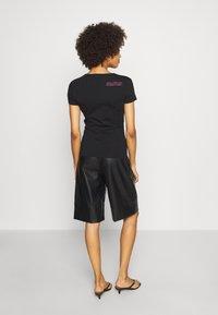 Guess - RNKAMELIA  - T-shirts med print - jet black - 2