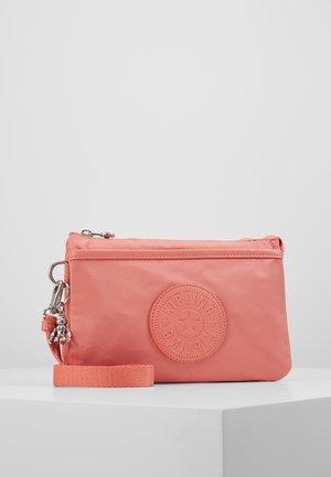 RIRI - Taška spříčným popruhem - coral pink